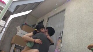 Prachtige Rin Aoki pijpt dikke kerel in de badkamer Cum in mond dan spuugt